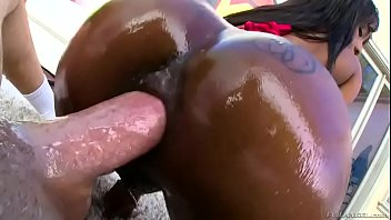negra gulosa da bunda perfeita dando o cu.