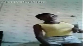 Une blackette en short fait danser ses gros nichons