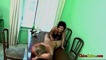 con mi novio nos tomamos unas copas y nos acostamos en la mesa desnudos para una tocadita y una buen
